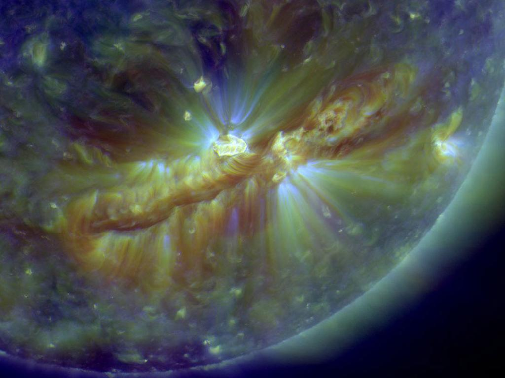 http://fr.wikipedia.org/wiki/Fichier:Crackling_with_Solar_Flares_Flare_zoom_in.jpg